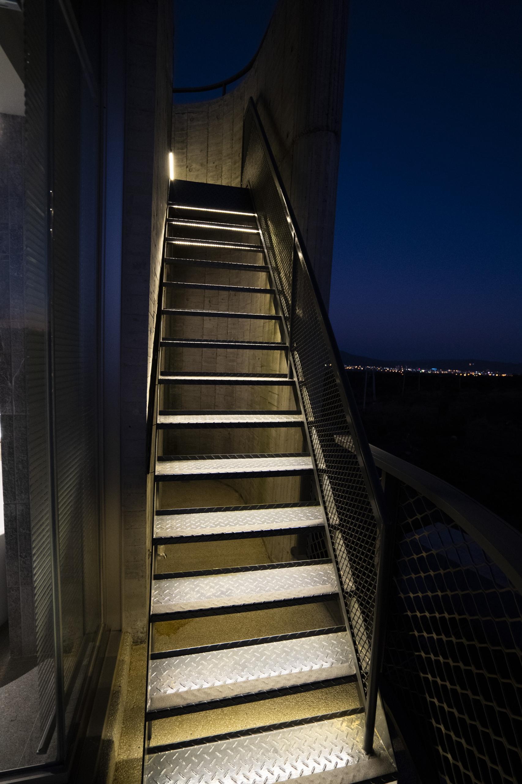 天晴通往屋頂露臺樓梯